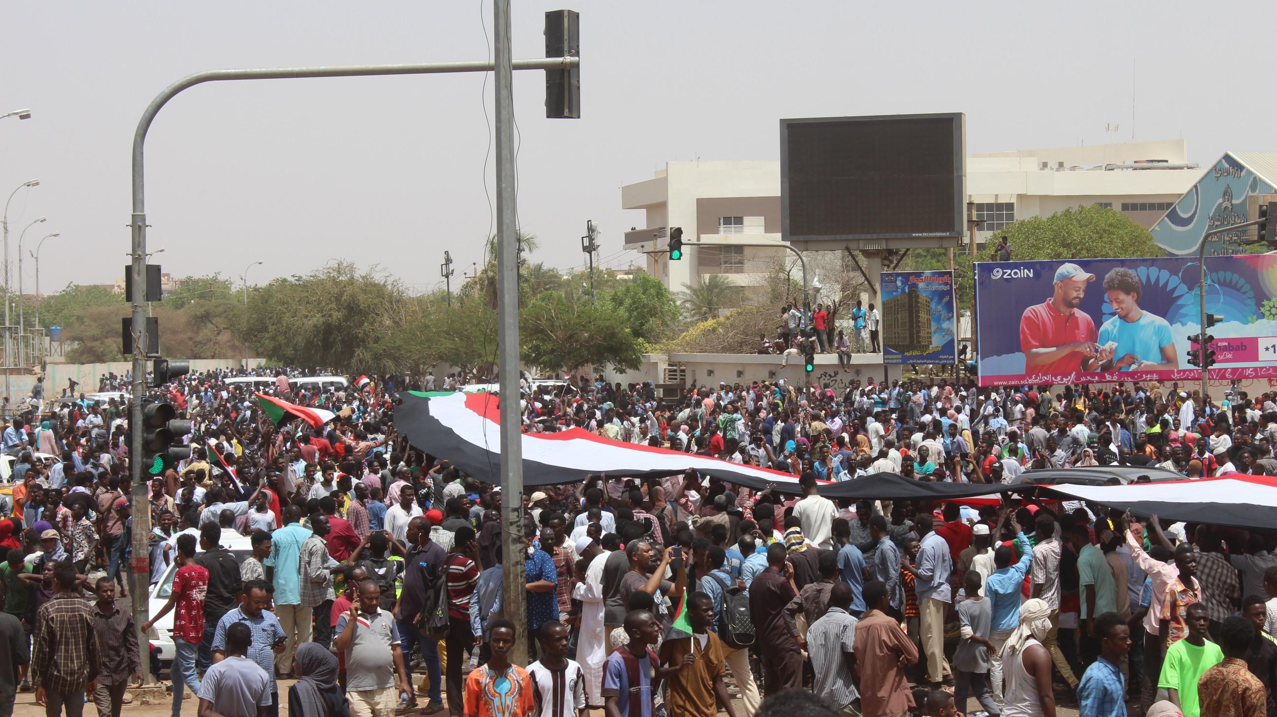 الحشود بالخرطوم صباح 11 أبريل 2019، نهار سقوط عمر البشير الصورة: مسارب
